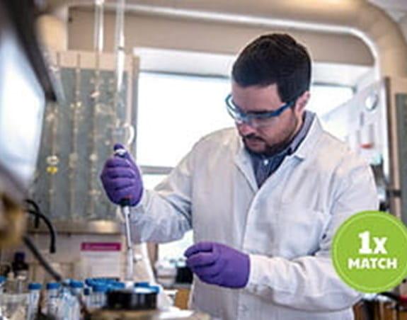 Un chercheur en cancérologie dans un laboratoire.