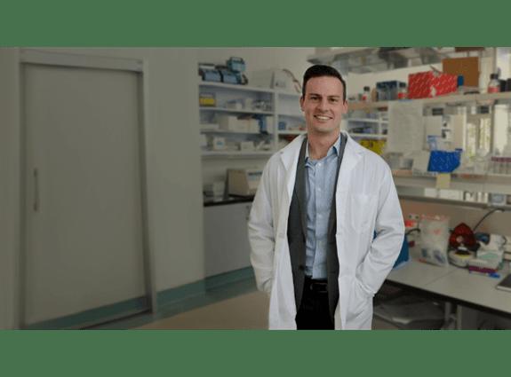 Un chercheur financé par la SCC dans son laboratoire