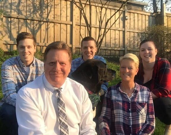 Brian est photographié en compagnie de sa femme et de ses enfants.