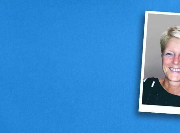 La photo d'un homme et de sa femme sur un bandeau à fond bleu.